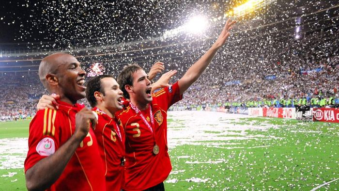 (From L) Spanish midfielders Marcos Senna and Andres Iniesta and defender Fernando Navarro celebrate with supporters after winning the Euro 2008 championships final football match over Germany on June 29, 2008 at Ernst-Happel stadium in Vienna, Austria. Spain ended their 44-year wait for a major international title with a 1-0 victory over Germany at the Euro 2008 final.       AFP PHOTO / JOE KLAMAR   -- MOBILE SERVICES OUT -- (Photo by JOE KLAMAR / AFP)