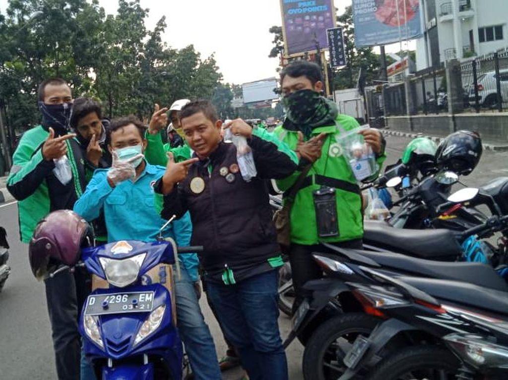 Cegah Corona, Gelora Jabar Bagikan Masker-Semprot Disinfektan Bantu Warga