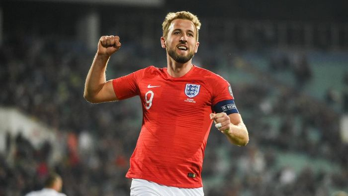 Englands forward Harry Kane (L) celebrates after scoring a goal during the Euro 2020 Group A football qualification match between Bulgaria and England at the Vasil Levski National Stadium in Sofia on October 14, 2019. (Photo by NIKOLAY DOYCHINOV / AFP)