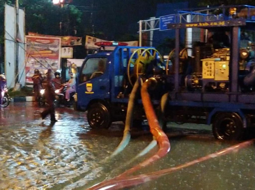 Mobil Penyedot Air Diterjunkan ke Area Banjir di Gedebage Bandung