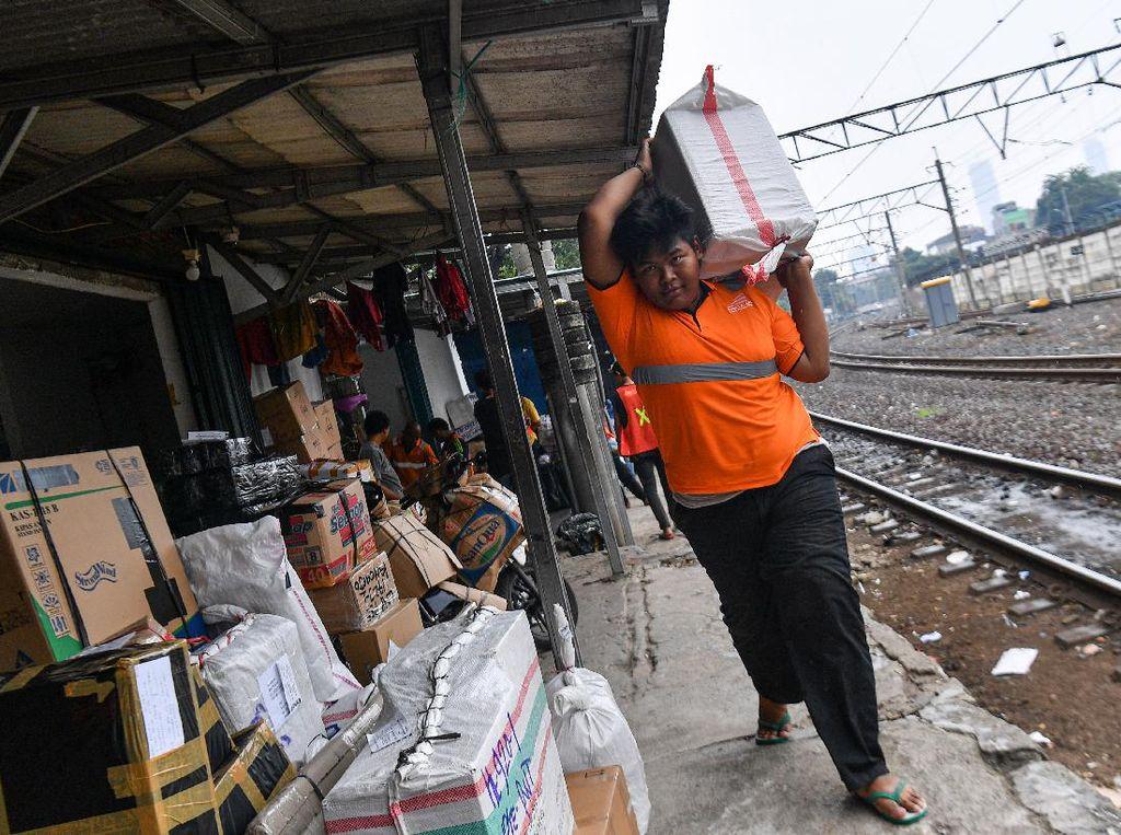 Jasa Pengiriman Barang Via Kereta Menurun Akibat COVID-19