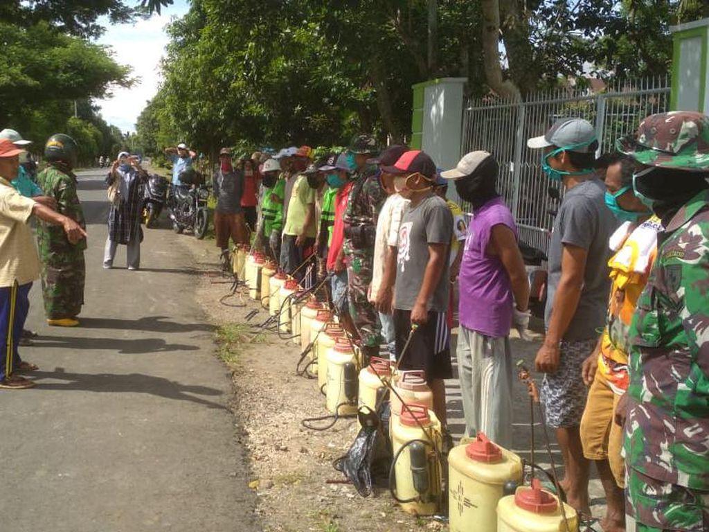 Puluhan Petani di Bulukumba Turun Tangan Semprot Disinfektan ke Rumah Warga