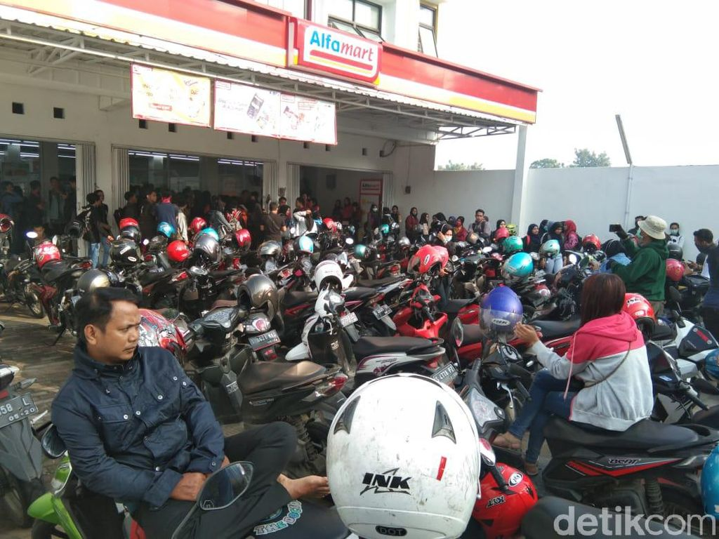Polisi Bubarkan Kerumunan Pelamar Kerja di Minimarket Mojokerto