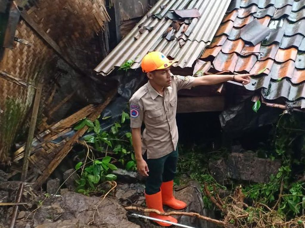 Hujan Deras Picu Longsor di Enam Lokasi Bandung Barat