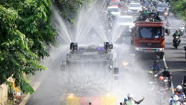 Tak hanya mampu membubarkan kericuhan, mobil - mobil water canon milik polisi ini kini dimanfaatkan untuk menyemprotkan cairan disinfektan di berbagai wilayah.
