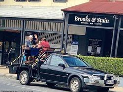 Hindari Social Distancing di Resto, Pasangan Ini Makan di Bak Mobil!