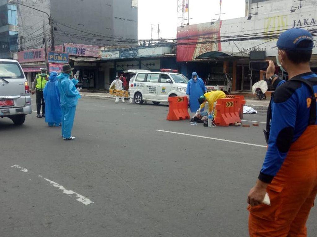 Pakai APD, Paramedis Bandung Evakuasi Pemotor yang Terkapar di Jalan