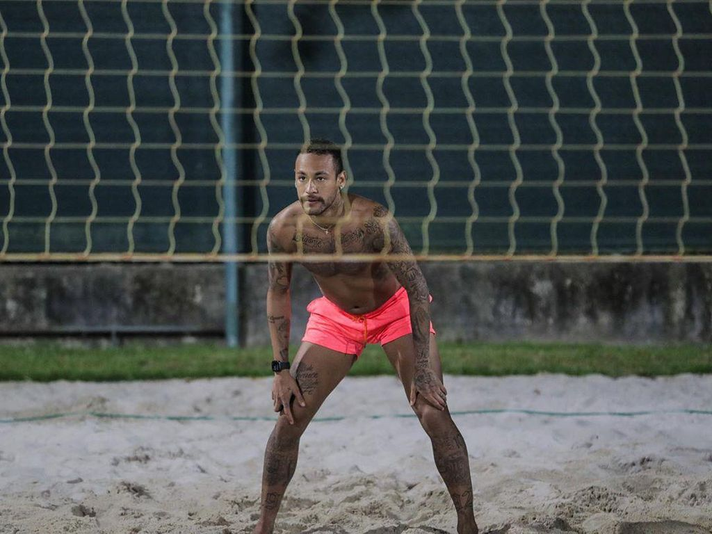 Corona Menyerang, Neymar Malah Main Voli Pantai