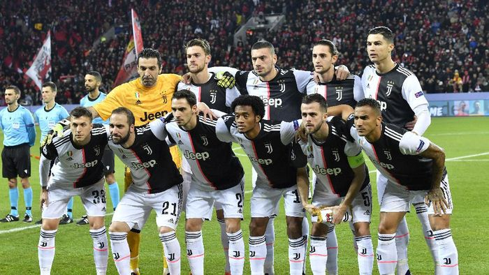 FILE - In this Wednesday, Dec. 11, 2019 filer, Juventus team players pose prior to the start of the Champions League Group D soccer match between Bayer Leverkusen and Juventus at the BayArena in Leverkusen, Germany. Cristiano Ronaldo and his Juventus teammates, combined with coach Maurizio Sarri, have agreed to forgo 90 million euros ($100 million) in wages if the Serie A season does not resume due to the coronavirus outbreak, the club announced Saturday. The new coronavirus causes mild or moderate symptoms for most people, but for some, especially older adults and people with existing health problems, it can cause more severe illness or death. (AP Photo/Martin Meissner, File)