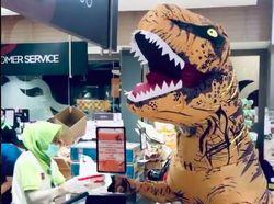 Kocak! Viral T-rex #JagaJarakDulu Belanja ke Mall