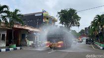 Saat Water Canon dan Mobil Damkar Bojonegoro Semprotkan Disinfektan