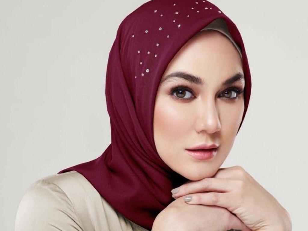 Bikin Pangling, Luna Maya Jadi Model Hijab Berhias Swarovski