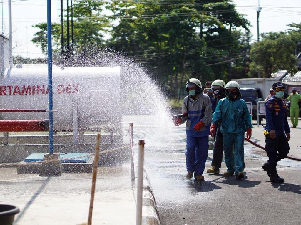 Pertamina Semprotkan Disinfektan ke SPBU di Jakarta-Jabar-Banten