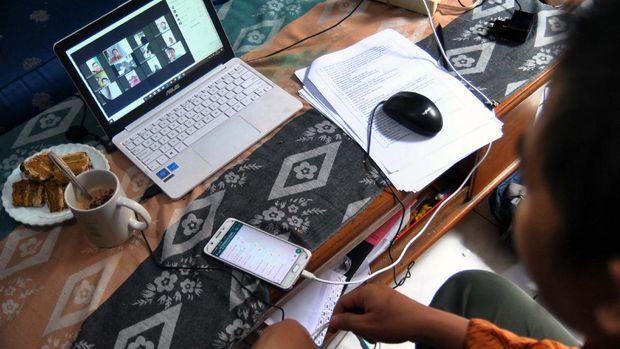 Guru SD berkomunikasi dengan siswa saat proses belajar mengajar (PBM) melalui aplikasi media daring dirumahnya di Kelurahan Bubulak, Kota Bogor, Jawa Barat, Rabu (1/4/2020). Dinas Pendidikan Jawa Barat menginformasikan pengawas dan pihak sekolah untuk melaksanakan PBM dari rumah fokus pada pendidikan dan kecakapan hidup antara lain mengenai pandemi virus Corona (COVID-19) serta melalui pembelajaran media daring dengan variasi sesuai peserta didik. ANTARA FOTO/Arif Firmansyah/foc.