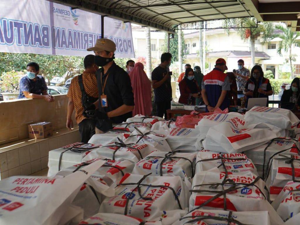 Pertamina Bagikan 850 Paket Makanan Hasil UMKM Binaan di Medan