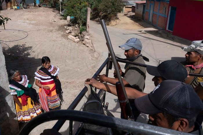 anak-anak memegang senjata di meksiko
