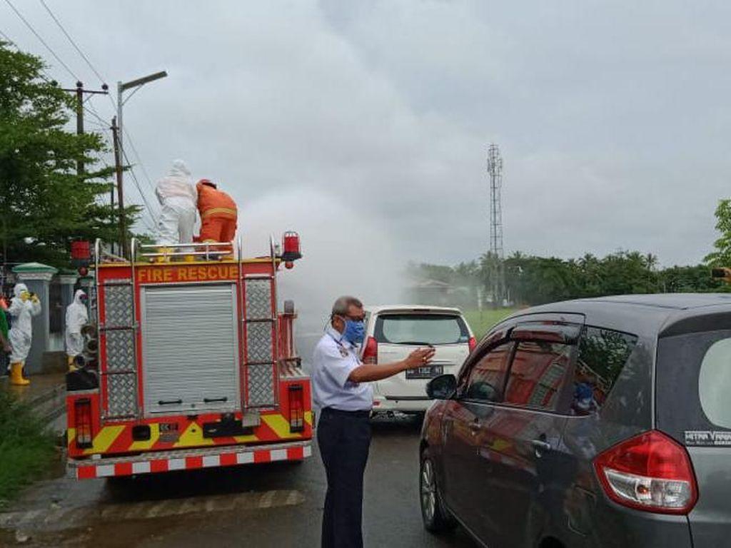 Polisi Semprotkan Disinfektan ke Rumah Warga Pangkep yang Wafat di Surabaya