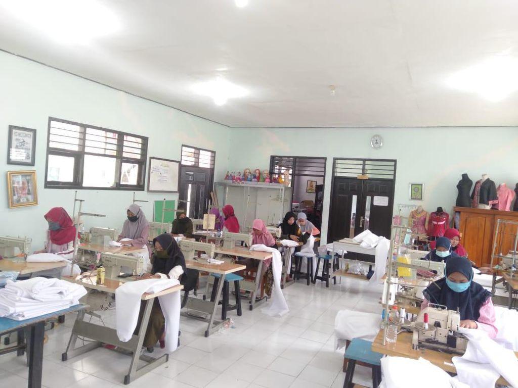 Khofifah Angkat Jempol untuk Siswi SMK di Lamongan yang Bikin APD