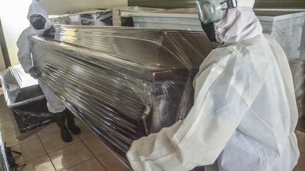 Sejumlah petugas merapikan peti khusus jenazah COVID-19 di rumah duka Dharma Agung, Bekasi, Jawa Barat, Rabu (1/4/2020). Menurut petugas rumah duka peti tersebut diberikan secara gratis untuk korban dan untuk mencegah penyebaran  virus COVID-19. ANTARA FOTO/ Fakhri Hermansyah/hp.