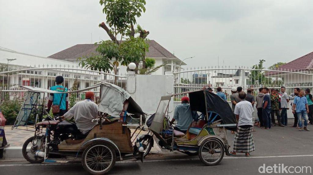 Imbas Corona, Tukang Becak di Medan Sambangi Rumdin Gubernur