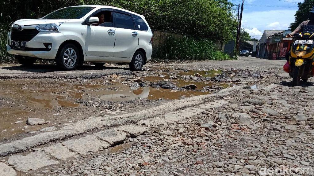 Hati-hati! Jalan di Perbatasan Cibinong-Tapos Berlubang