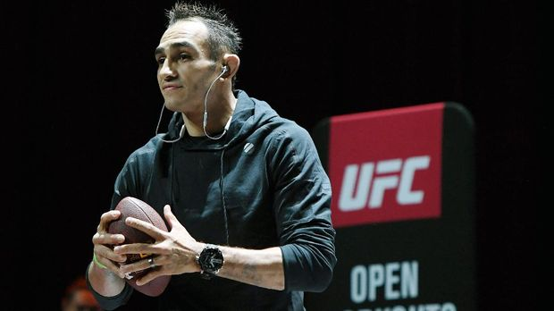 LAS VEGAS, NV - OCTOBER 03: Tony Ferguson prepares to throw a football into the crowd as he plays catch during an open workout for UFC 229 at Park Theater at Park MGM on October 03, 2018 in Las Vegas, Nevada. Ferguson will fight Anthony Pettis in a lightweight bout at UFC 229 on October 6 at T-Mobile Arena in Las Vegas.   Ethan Miller/Getty Images/AFP