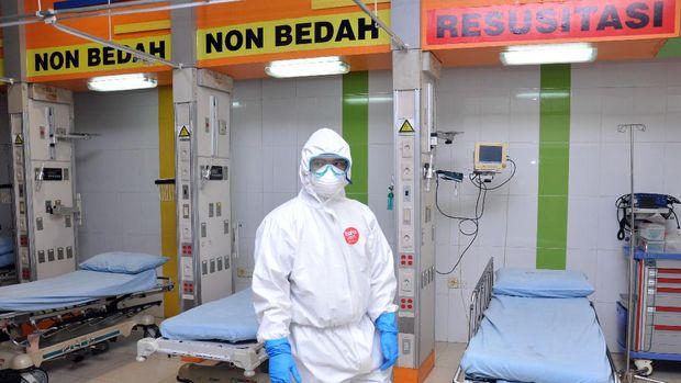 Petugas medis penanganan COVID-19 mengenakan baju Alat Pelindung Diri (APD) ketika berada di ruang isolasi Rumah Sakit rujukan khusus pasien COVID-19 Martha Friska di Medan, Sumatera Utara, Kamis (2/4/2020). Pemerintah provinsi Sumut memperpanjang sekaligus menaikkan status menjadi Tanggap Darurat hingga 21 Mei 2020 untuk mempercepat penanganan dengan mempersiapkan sejumlah rumah sakit rujukan khusus menangani COVID-19 di wilayah Sumut. ANTARA FOTO/Septianda Perdana/aww.