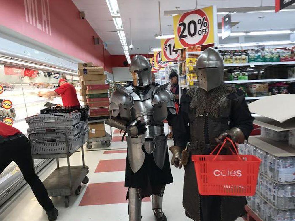 Aksi Nyeleneh Melindungi Diri dari Corona Saat Berbelanja