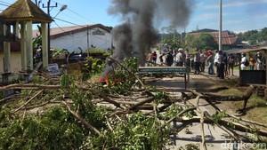 Usai Tolak Ambulans COVID-19, Warga di Gowa Blokir Jalan-Bakar Ban
