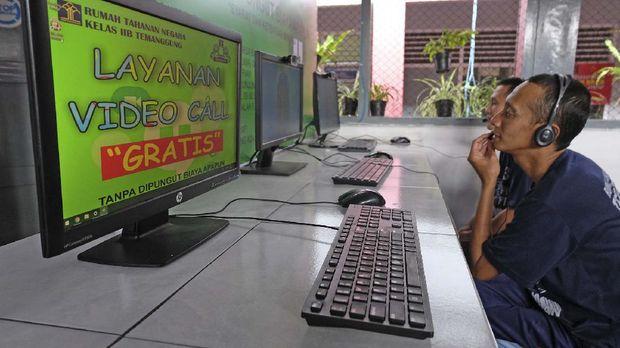 Warga binaan berbincang dengan keluarganya melalui fasilitas panggilan video di ruang penjengukan Rutan Kelas IIB Temanggung, Jawa Tengah, Rabu (18/3/2020). Untuk mencegah penyebaran COVID-19, pihak Rutan Kelas IIB Temanggung meniadakan waktu kunjungan dan menggantinya dengan panggilan video menggunakan perangkat komputer bagi warga binaan. FOTO ANTARA/Anis Efizudin/wsj.