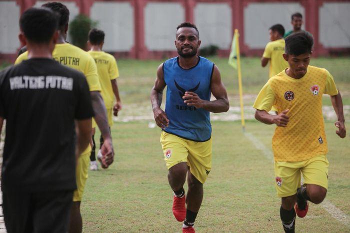 Sejumlah pesepakbola di Indonesia tetap berlatih mengasah kemampuan olah bola meski kompetisi sepakbola dihentikan semantara imbas Corona.  Yuk, lihat potretnya