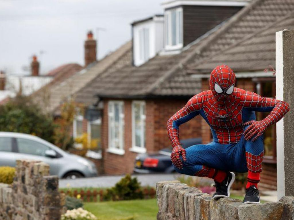 Aksi Spider-Man Hibur Anak-anak yang Bosan di Rumah