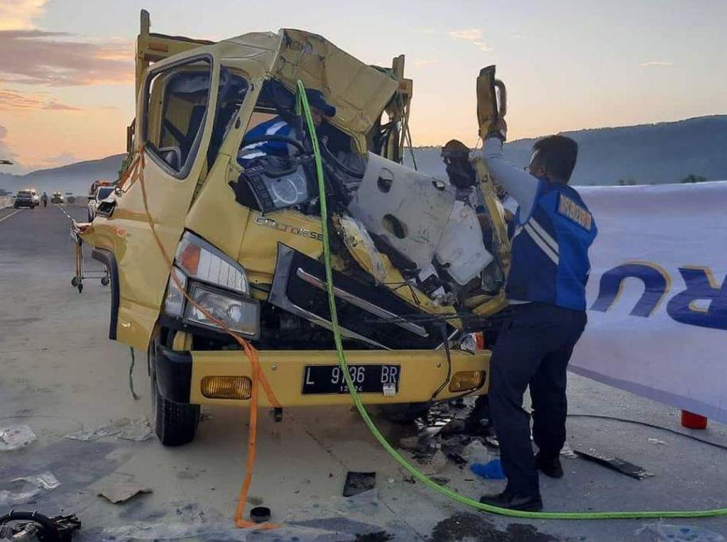 Dua Truk Kecelakaan di Tol Pandaan-Malang, Satu Kenek Tewas