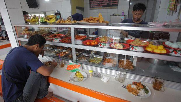 Warga makan di Warteg Subsidi Bahari kawasan Jalan Fatmawati, Jakarta, Sabtu (28/3/2020). Program Operasi Makan Gratis bersama sejumlah Warung Tegal (Warteg) di wilayah Jakarta, Bogor, Depok, Tangerang dan Bekasi diharapkan bisa membantu persoalan pendapatan para pemilik warteg dan pekerja harian yang terdampak wabah Virus Corona (COVID-19).  ANTARA FOTO/Reno Esnir/ama. *** Local Caption ***