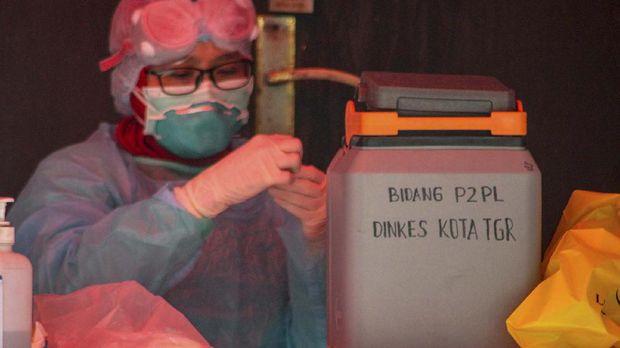 Petugas mengamati sampel swab spesimen saat swab test di halaman Laboratorium Kesehataan Daerah (LABKESDA) Kota Tangerang, Banten, Kamis (2/4/2020). Pemerintah Kota Tangerang melaksanakan swab test yang dilakukan untuk tenaga medis dan orang dalam pemantauan (ODP). ANTARA FOTO/Fauzan/foc.