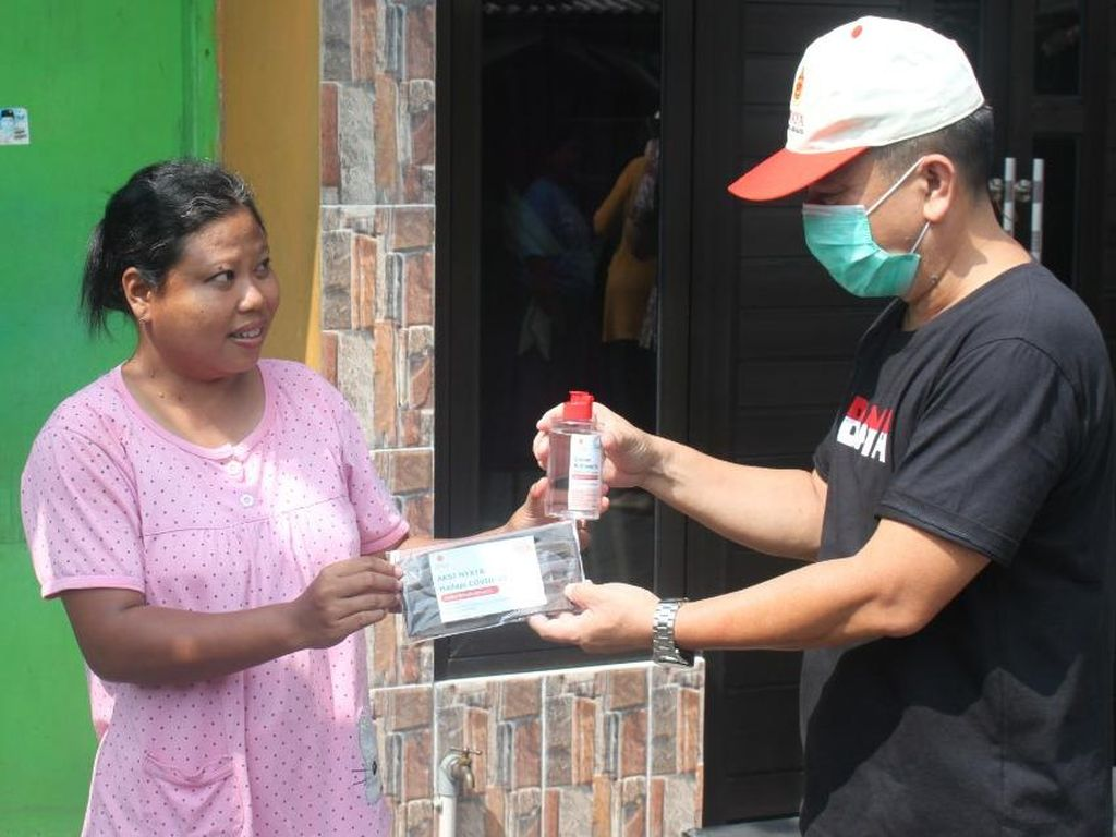 Ratusan Hand Sanitizer dan Masker Kain Dibagikan ke Warga Kali Rungkut