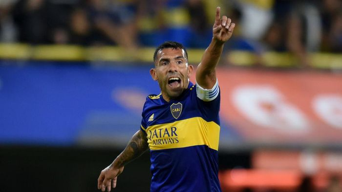 BUENOS AIRES, ARGENTINA - MARCH 10: Carlos Tevez of Boca Juniors gives instructions to his teammates during a Group H match between Boca Juniors and Deportivo Independiente Medellin as part of Copa CONMEBOL Libertadores 2020 at Estadio Alberto J. Armando on March 10, 2020 in Buenos Aires, Argentina. (Photo by Marcelo Endelli/Getty Images)