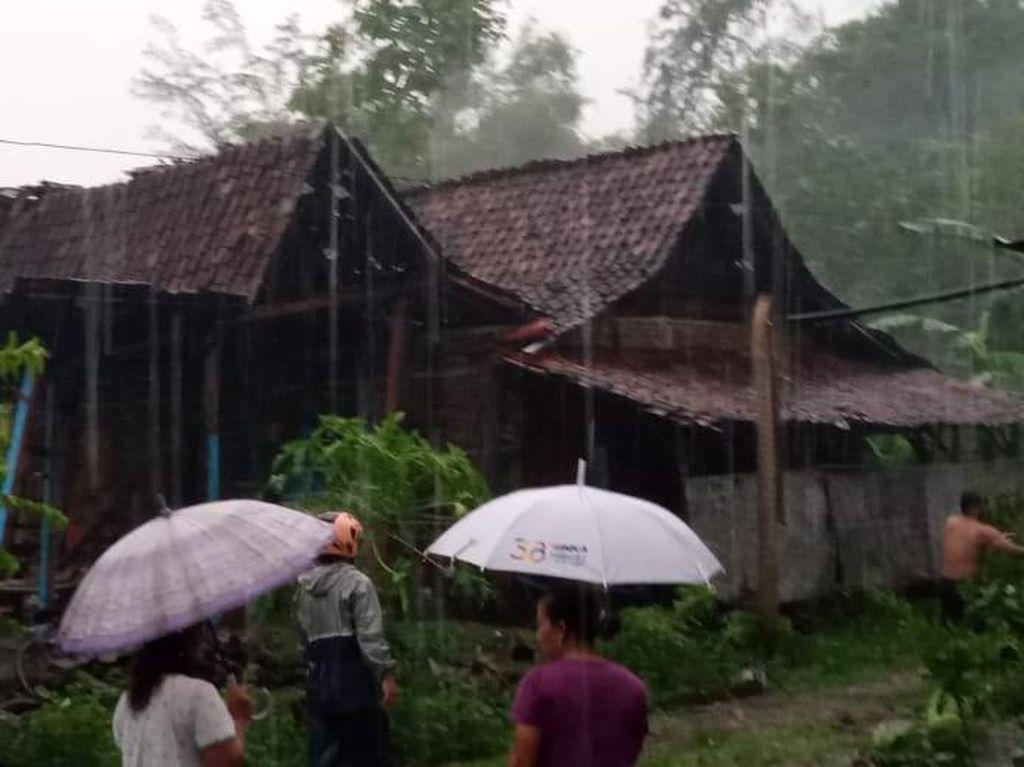 Hujan Disertai Angin Rusak 8 Rumah Warga Madiun, 3 Sampai Roboh