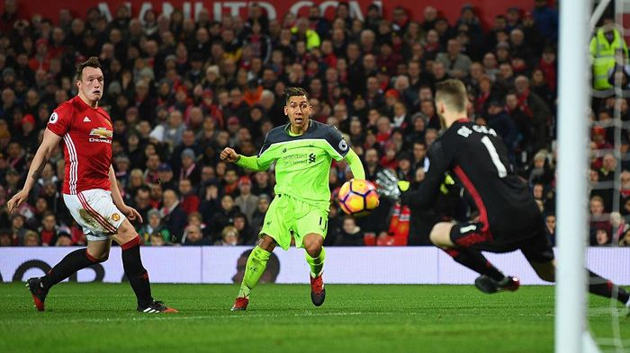 MANCHESTER, ENGLAND - JANUARY 15:  David De Gea of Manchester United makes a save from Roberto Firmino of Liverpool as Phil Jones of Manchester United looks on during the Premier League match between Manchester United and Liverpool at Old Trafford on January 15, 2017 in Manchester, England.  (Photo by Laurence Griffiths/Getty Images)