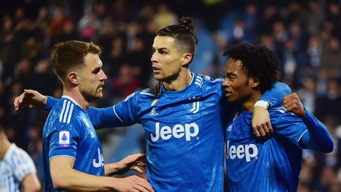 FERRARA, ITALY - FEBRUARY 22:  Cristiano Ronaldo (L) of Juventus celebrates after scoring his first goal with teammates during the Serie A match between SPAL and  Juventus at Stadio Paolo Mazza on February 22, 2020 in Ferrara, Italy.  (Photo by Pier Marco Tacca/Getty Images)