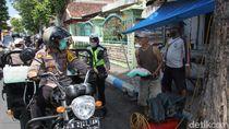 Polisi Lumajang Bagikan Sembako untuk Warga Kurang Mampu di Tengah Wabah Corona