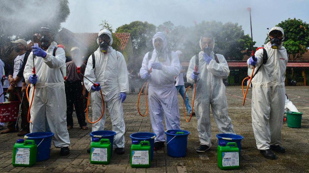 Penyemprotan Disinfektan di Pemukiman Padat Penduduk