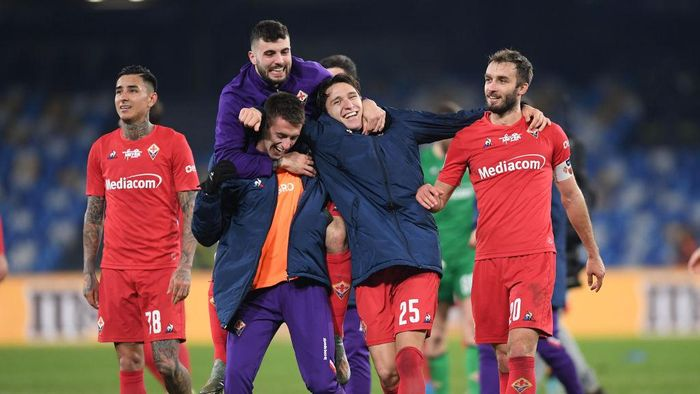 NAPLES, ITALY - JANUARY 18: Patrick Cutrone, Aleksa Terzic, Federico Chiesa and German Pezzella of ACF Fiorentina celebrate the victory after the Serie A match between SSC Napoli and  ACF Fiorentina at Stadio San Paolo on January 18, 2020 in Naples, Italy. (Photo by Francesco Pecoraro/Getty Images)