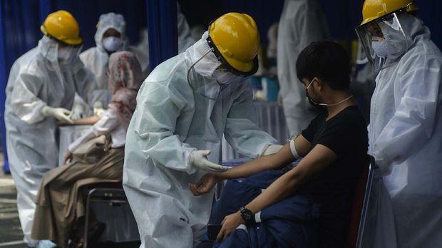 Petugas kesehatan mengambil sampel darah warga saat Rapid Test COVID-19 di Taman Balai Kota Bandung, Jawa Barat, Sabtu (4/4/2020). Sedikitnya 700 warga Kota Bandung mengikuti Rapid Test tersebut guna memastikan kesehatannya dan mengantisipasi penyebaran COVID-19 di Bandung. ANTARA FOTO/Novrian Arbi/wsj.