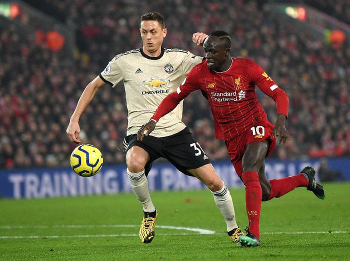 LIVERPOOL, ENGLAND - JANUARY 19: Sadio Mane of Liverpool is challenged by Nemanja Matic of Manchester United during the Premier League match between Liverpool FC and Manchester United at Anfield on January 19, 2020 in Liverpool, United Kingdom. (Photo by Michael Regan/Getty Images)