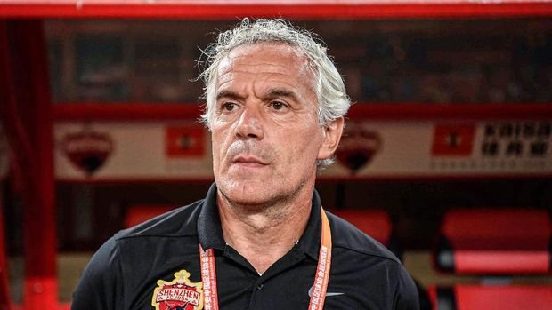 This photo taken on October 26, 2019 shows Shenzhen FC head coach Roberto Donadoni looking on during the Chinese Super League (CSL) football match between Shenzhen FC and Wuhan Zall FC in Shenzhen in China's southern Guangdong province. - Roberto Donadoni would rather focus on his coaching job in China but instead the AC Milan legend's thoughts are consumed by the suffering coronavirus has brought to his hometown in northern Italy. (Photo by STR / AFP) / China OUT / TO GO WITH FBL-ASIA-CHN-DONADONI-ITA-HEALTH-VIRUS-ITALY BY PETER STEBBINGS