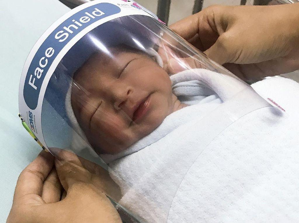 Hindari Corona, Bayi di Thailand Pakai Pelindung Wajah