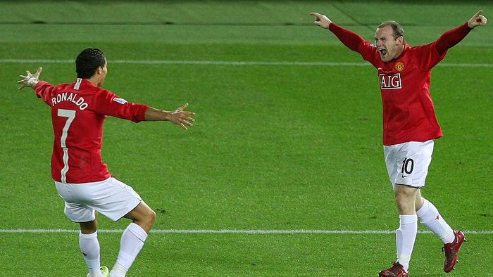 YOKOHAMA, JAPAN - DECEMBER 21:  Wayne Rooney (R) of Manchester United celebrates scoring their first goal with teammate Cristiano Ronaldo during the FIFA Club World Cup Japan 2008 final match between Manchester United and Liga de Quito at the International Stadium Yokohama on December 21, 2008 in Yokohama, Kanagawa, Japan.  (Photo by Kiyoshi Ota/Getty Images)