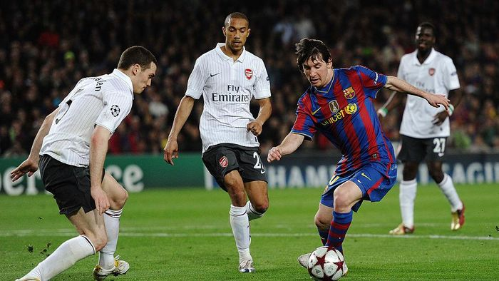 BARCELONA, SPAIN - APRIL 06:  Lionel Messi of Barcelona dribbles the ball before scoring his fourth goal during the UEFA Champions League quarter final second leg match between Barcelona and Arsenal at Camp Nou on April 6, 2010 in Barcelona, Spain.  (Photo by Jasper Juinen/Getty Images)