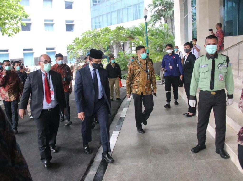 Anies Pakai Masker Kain Hitam di Rapat Paripurna Pemilihan Wagub DKI